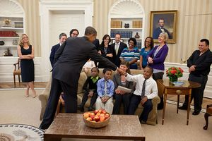 800px-Obama_greets_students_from_Waiting_for_Superman